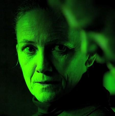 Kvinna i grönt ljus.