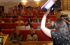 Kvinna föreläser framför åhörare.