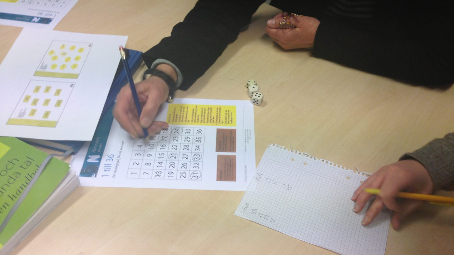 Två personer räknar tal på papper.