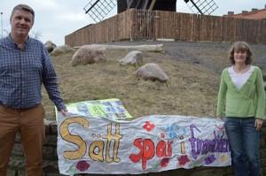 Emma och Roger håller upp en banderoll där det står Sätt spår i framtiden.