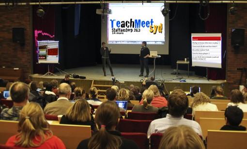 Två personer föreläser framför projicerad presentation.