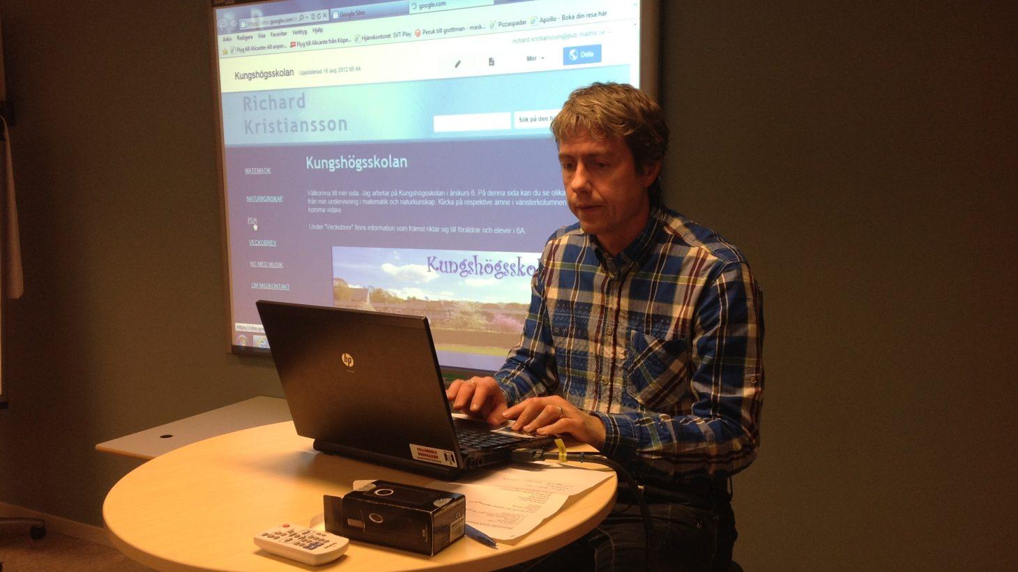 Richard Kristansson föreläser framför projicerad presentation.