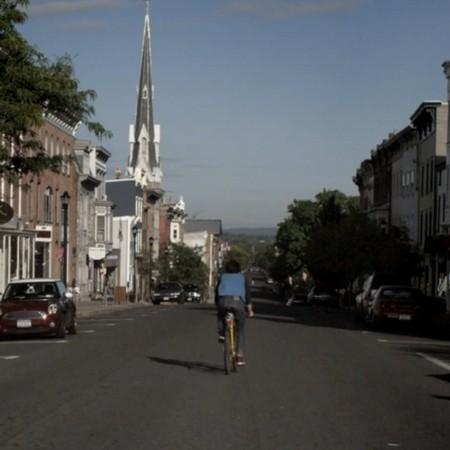 Cyklist på bred asfaltväg.