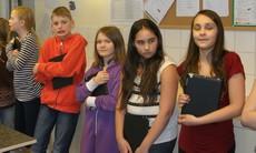 Fem elever med varsin ipad i famnen.