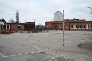 Skolgård med basketplan.