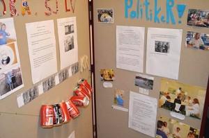 Lappar och bilder uppsatta på vikbar vägg.