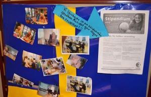 Svensk flagga i papper med bilder uppsatta på den.