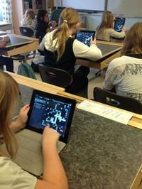 Elever i klassrum spelar wordfeud på ipad.