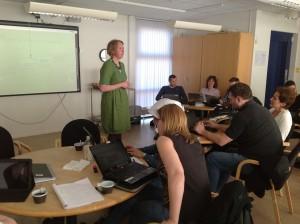 Helena Kvarnsell föreläser för publik med datorer.