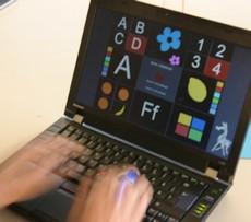 Händer skriver på bärbar dator.