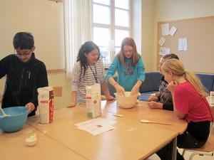 Elever bakar med mjöl.