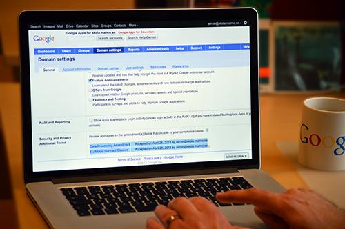 Händer skriver på googlehemsida.