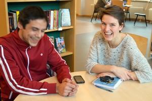 Jonas Hedman och Clara Lindberg sitter vid bord.