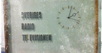 Klocka på tv där det står Sveriges radio television.