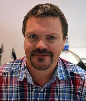 Tobias Lindström i rutig skjorta.