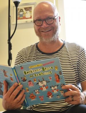 Ulf Malmqvist läser i bok.