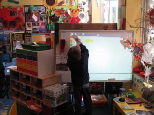 Elev målar med hjälp av smartboard.