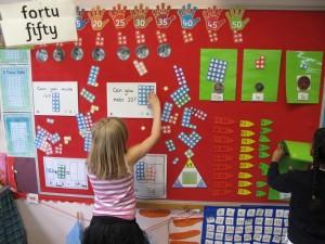 Elev står framför vägg där olika mattetal sitter uppsatta.