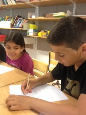 Flicka och pojke gör tankekarta på papper.