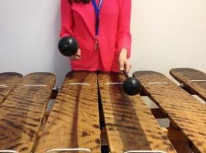 Kvinna spelar marimba.
