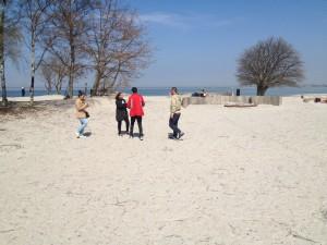Fyra personer på stranden.