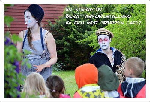 Två sminkade personer gör föreställning framför barn.