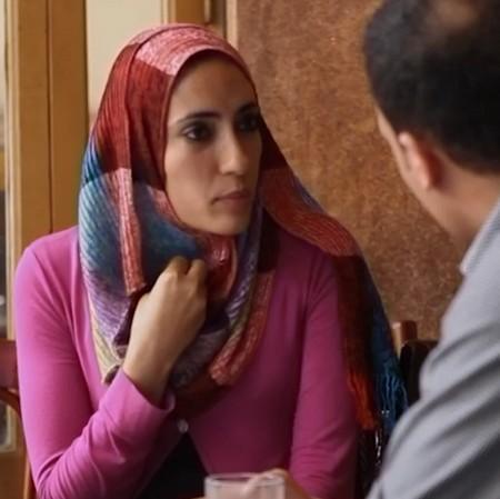 Kvinna diskuterar med man.
