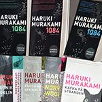 Bokomslag till sju böcker av Murakami.