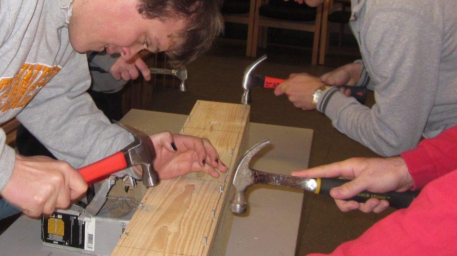 Elever snickrar med hammare och spik.