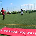 Fotbollsspelare och vid sidlinjen ligger en banderoll där det står: Ge rasismen rött kort.