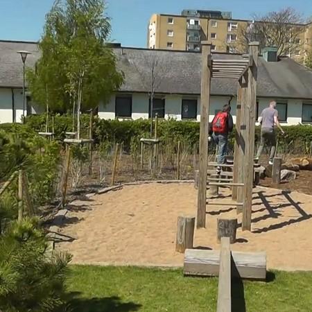 Skolgård med träklätterställningar.
