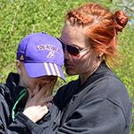 Kvinna kramar om pojke.