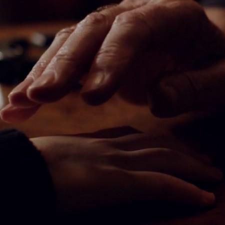 Händer läggs ovanpå varandra.