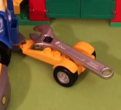 Legobil som kör skiftnyckel.