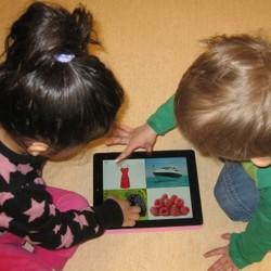 Barn trycker på lärplatta.