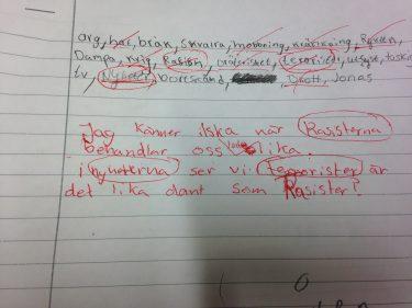Text i block med röd penna.