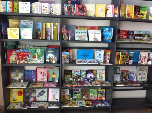 Bokhyllor med barnböcker.