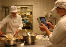 En elev filmar den andra som lagar mat.