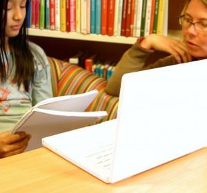 Två elever läser från block.