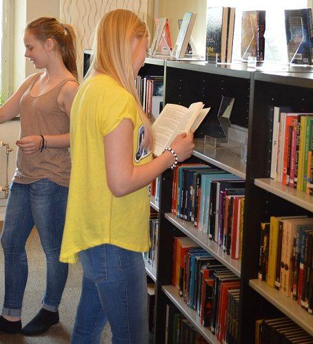 Två elever väljer böcker.