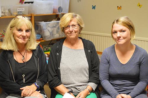 Tre kvinnor sitter på förskoleavdelning.