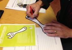 Skiftnycklar i papper med anteckningar på.