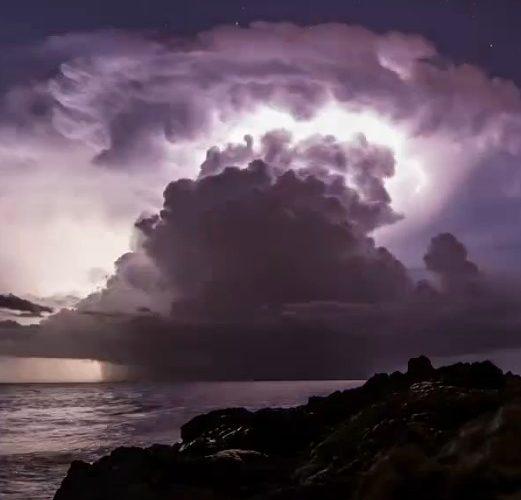 Mörka moln som gömmer solen.