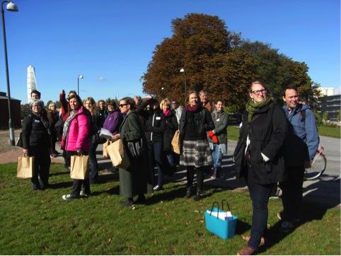 Massor av lärare står med papperskassar i händerna.