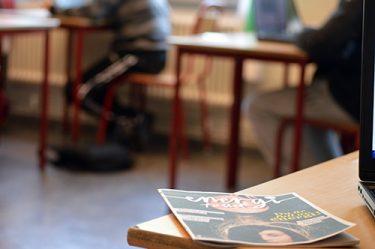 Tidningen Energifallet ligger på bänk i klassrum.