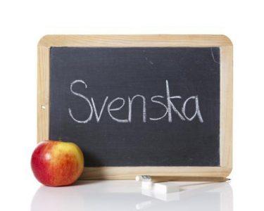 Ordet svenska står på svart griffeltavla.