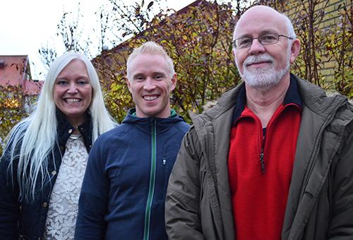 Tre personer framför Ängsslättskolan.