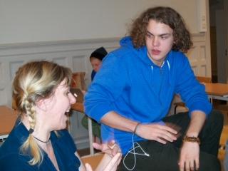 Kvinna och pojke skrattar.