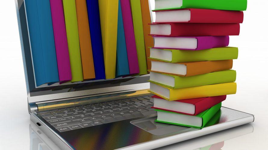 Böcker staplade på tangentbord.