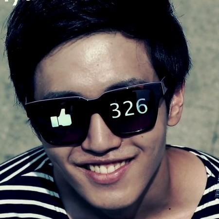 Man med solglasögon där det är en tumme upp i ena ögat och siffran 326 i det andra.